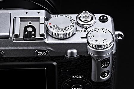 Fujifilm X-E1: detailní pohled na pravou horní část přístroje