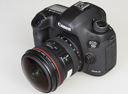 objektiv EF 8–15 mm 1:4L Fisheye USM na těle zrcadlovky EOS 5D Mk. III