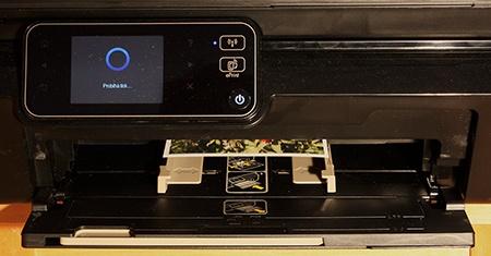 HP Deskjet IA 5525 eAiO: probíhající tisk fotografie formátu 10 × 15 cm