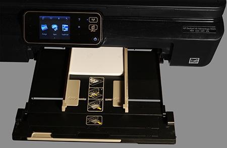 HP Deskjet IA 5525 eAiO: vložení fotopapírů formátu 10 × 15 cm