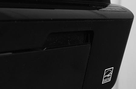 HP Deskjet IA 5525 eAiO: madlo na výklopném krytu zásobníku na potisknutelná média