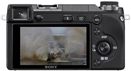 Sony Alfa NEX-6 zezadu - displej a hledáček