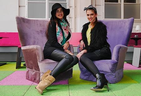 modelky sedící