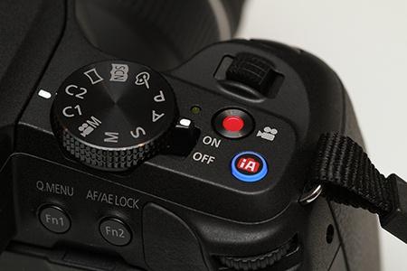 Lumix G6 - detail II: pravá strana zezadu
