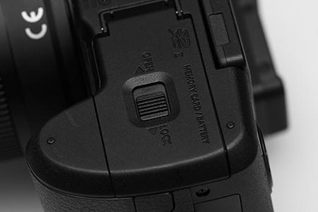 Lumix G6 - detail III: kryt prostoru pro baterii a kartu