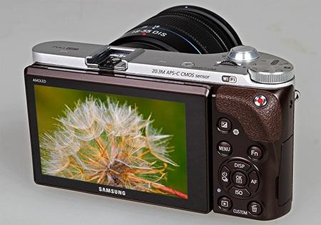 Samsung NX300 a výklopný displej
