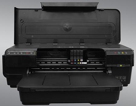 HP Officejet 7110 Wide Format ePrinter - odklopené víko: přístup k inkoustovým kazetám