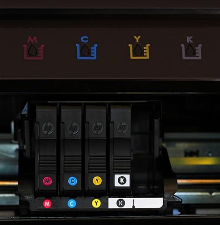 dole detailní pohled na inkoustové kazety, nahoře kontrolní LEDky
