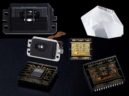 Canon EOS 70D - AF senzor a jednotka AF, vlevo dole AE senzor a vpravo nahoře optický hranol hledáčku