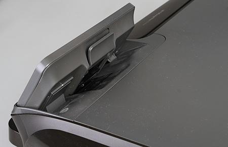 detailní pohled na výklopný ovládací panel