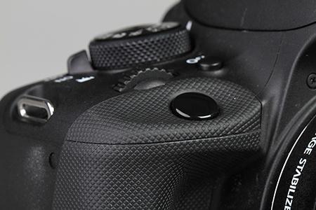 Canon EOS 100D - detail tvarování a povrchu kol spoušti