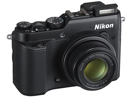 Nikon Coolpix P7800 - výsuvný blesk