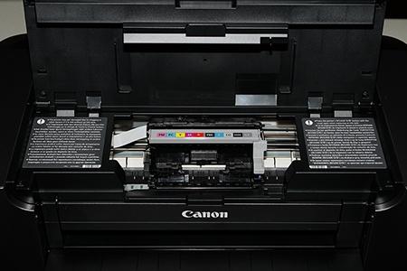 Canon PIXMA Pro-10: otevřený kryt tiskového mechanismu bez segmentu tiskové hlavy