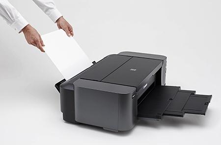 zadní ruční podávání jednotlivých papírů