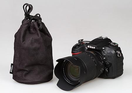 Nikon AF-S DX Nikkor 3,5–5,6/18–140G ED VR - transportní váček a sluneční clona